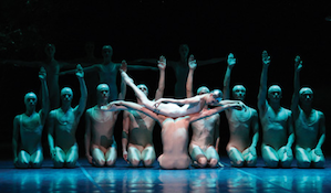 A typically theatrical Neumeier scene in <em>Dream</em>