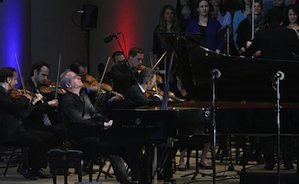 "Pianist Jeremy Denk performs Beethoven's ""Choral Fantasy"" with the Ojai Festival Singers and the Knights orchestra. (Lawrence K. Ho"