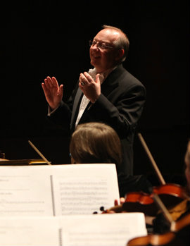 McGegan conducting the Philharmonia Baroque Orchestra.