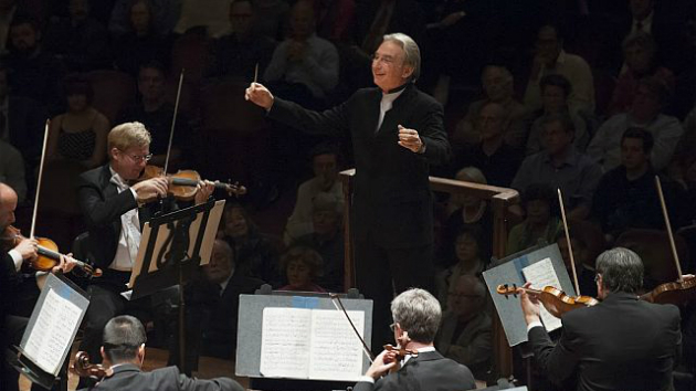 Michael Tilson Thomas, with Dan Carlson, principal second violin, on his right (Photo by Stefan Cohen)